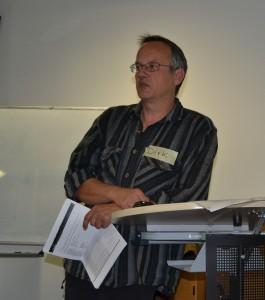 Dirk Möhle, einer der beiden Geschäftsführer des Wohnprojekts, erläutert unsere Ideen zum baulichen Konzept als Grundlage für den Architektenentwurf.