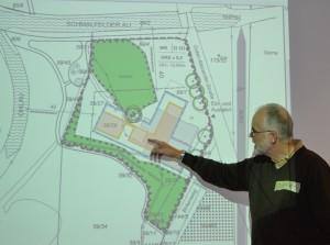 Joachim Josenhans erläutert den Entwurf des Bebauungsplans, in den die Lage der Gebäude sowie die Größe und Höhe  festgelegt wird.