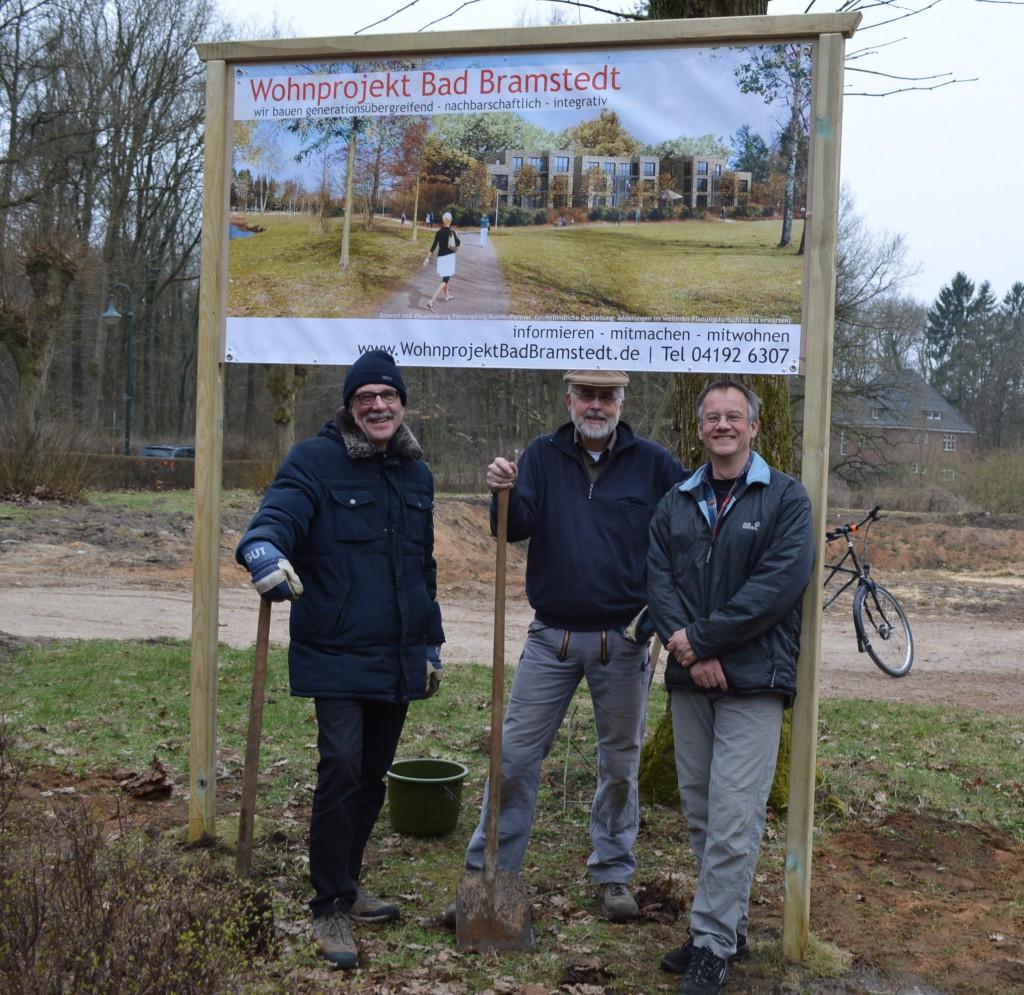 Geschafft. Das Schild steht und die Helfer  Fritz Bredfeldt, Joachim Josenhans, Dirk Möhle sind zufrieden. (Nicht im Bild aber mit dabei Barbara Schlaghecke-Josenhans)