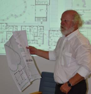 Architekt Uwe Mumm vom Planungsring Mumm+Partner erläutert die überarbeiteten Grundrisse der Wohnungen