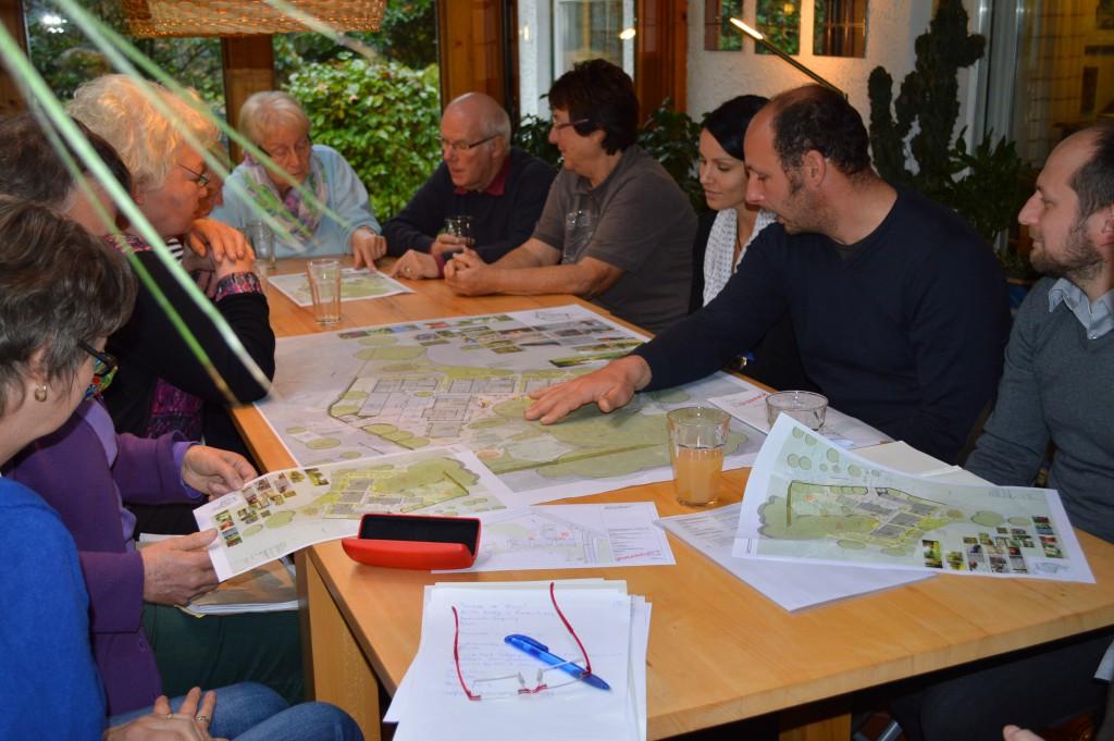 Erläuterung des Plans für die Aussenanlage durch Mitarbeiter des Büros BHF aus Kiel geeminsam mit dem Architekturbüro Mumm